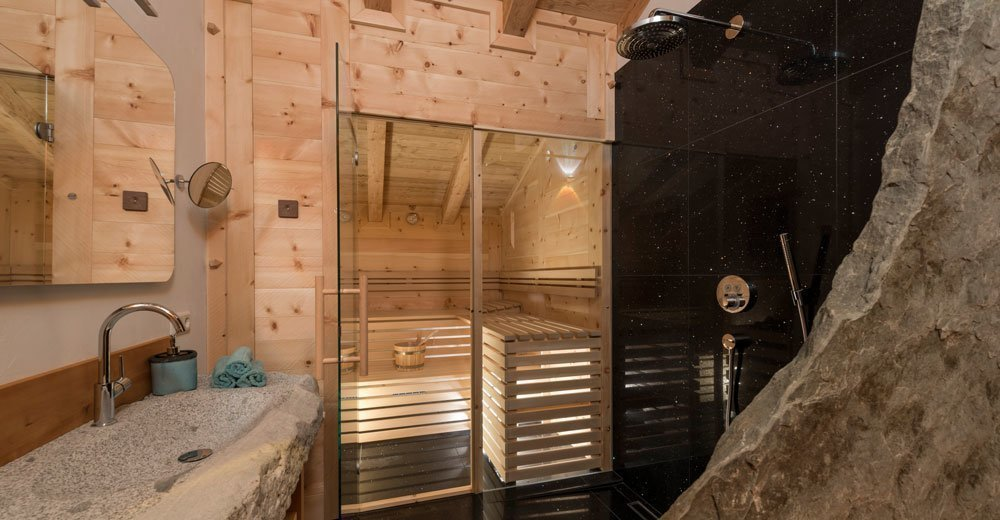Pine sauna and outdoor Jacuzzi in Chalet Felix